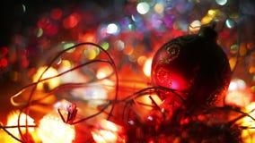 Decorazione anno di nuovo e di natale Alto vicino d'attaccatura della bagattella Fondo di festa di Bokeh vago estratto Ghirlanda  stock footage