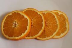 Decorazione arancio sul piatto bianco Immagine Stock