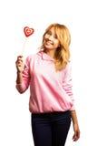 Decorazione attraente del giorno del biglietto di S. Valentino della tenuta della ragazza immagine stock