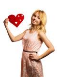 Decorazione attraente del giorno del biglietto di S. Valentino della tenuta della ragazza immagine stock libera da diritti