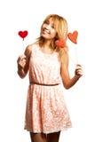 Decorazione attraente del giorno del biglietto di S. Valentino della tenuta della ragazza fotografia stock