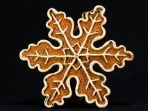 Decorazione bianca e marrone di Natale, fiocco della neve contro la b nera Immagine Stock