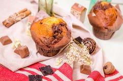 Decorazione, bigné del cioccolato e muffin dolci fotografie stock libere da diritti