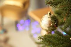 Decorazione brillante sull'albero di Natale all'interno fotografia stock