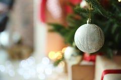 Decorazione brillante sull'albero di Natale all'interno, immagine stock