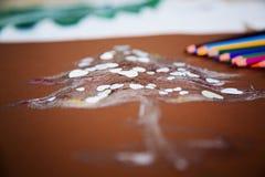 Decorazione casalinga di carta di natale con le matite variopinte ai precedenti Fotografia Stock Libera da Diritti