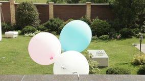 Decorazione con i palloni sulla via video d archivio