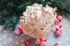Decorazione con i regali, arrivo di Natale 31 dicembre Fotografie Stock Libere da Diritti
