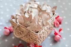 Decorazione con i regali, arrivo di Natale 31 dicembre Immagini Stock Libere da Diritti