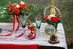 Decorazione con i vetri verdi, frutta, fiori di nozze su una tavola nella s Fotografia Stock Libera da Diritti