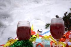 Decorazione con le belle palle variopinte, albero di Natale di Natale su fondo di legno Fotografie Stock