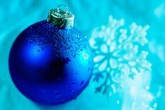 Decorazione congelata della palla di ghiaccio con la fine del fiocco di neve su Immagine Stock Libera da Diritti