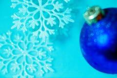 Decorazione congelata della palla di ghiaccio con la fine del fiocco di neve su Immagini Stock