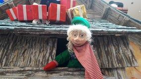 Decorazione creativa di Natale facendo uso delle bambole immagine stock libera da diritti