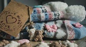 Decorazione culinaria fatta a mano e calzini tricottati fotografia stock libera da diritti