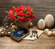 Decorazione d'annata con le uova ed i fiori del tulipano Fotografia Stock