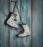 Decorazione d'annata dell'albero di Natale dei pattini da ghiaccio su backgroun di legno Fotografie Stock