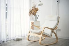 Decorazione d'annata della sedia di oscillazione in salone Fotografia Stock Libera da Diritti