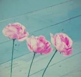Decorazione d'annata delle rose su fondo di legno blu Fotografie Stock Libere da Diritti