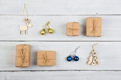 Decorazione d'annata di natale sulla tavola di legno - contenitori di regalo, natale Immagini Stock Libere da Diritti