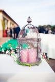 Decorazione d'annata di nozze con il birdcage, le candele e le piante Fotografie Stock
