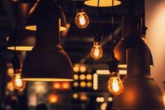 Decorazione d'attaccatura della lampadina del tungsteno di retro stile industriale del sottotetto fotografia stock