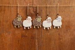 Decorazione d'attaccatura fatta a mano delle pecore bianche e nere Fotografie Stock Libere da Diritti