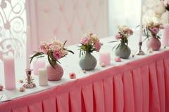 Decorazione dei fiori e delle candele alla tavola di nozze in un ristorante Fotografie Stock
