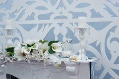 Decorazione dei fiori e delle candele alla tavola di nozze in un ristorante Immagini Stock