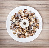Decorazione dei fiori secchi sul piatto bianco, bellezza naturale Fotografia Stock Libera da Diritti
