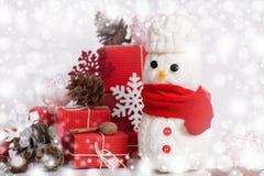 Decorazione dei pupazzi di neve con il contenitore di regalo Immagini Stock