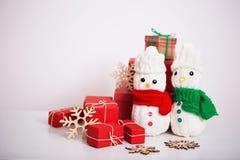 Decorazione dei pupazzi di neve con il contenitore di regalo Fotografie Stock