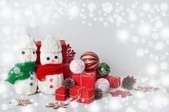 Decorazione dei pupazzi di neve con il contenitore di regalo Fotografie Stock Libere da Diritti
