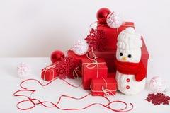 Decorazione dei pupazzi di neve con il contenitore di regalo Immagine Stock
