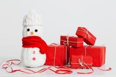 Decorazione dei pupazzi di neve con il contenitore di regalo Fotografia Stock Libera da Diritti