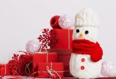 Decorazione dei pupazzi di neve con il contenitore di regalo rosso Fotografia Stock Libera da Diritti