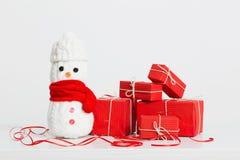 Decorazione dei pupazzi di neve con il contenitore di regalo rosso Immagine Stock
