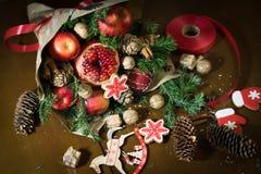 Decorazione dei regali di Natale, facente i mazzi dei frutti Immagine Stock Libera da Diritti
