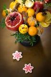 Decorazione dei regali di Natale, facente i mazzi dei frutti Fotografia Stock Libera da Diritti
