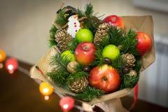 Decorazione dei regali di Natale, facente i mazzi dei frutti Immagine Stock