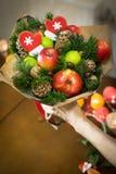 Decorazione dei regali di Natale, facente i mazzi dei frutti Fotografia Stock