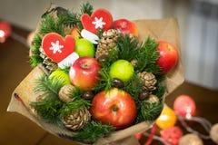 Decorazione dei regali di Natale, facente i mazzi dei frutti Fotografie Stock Libere da Diritti