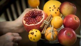 Decorazione dei regali di Natale, facente i mazzi dei frutti Fotografie Stock