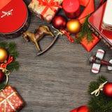 Decorazione dei regali di Natale su fondo di legno, vista superiore, spazio della copia Immagine Stock