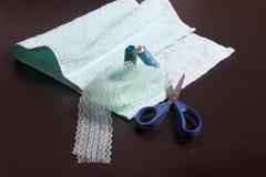 Decorazione dei tessuti con nastro adesivo del pizzo I resti dell'asciugamano su una superficie scura Su si trova un nastro del p Fotografie Stock