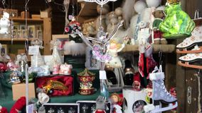 Decorazione del ballerino di balletto che appende correttamente dal filo al Natale video d archivio