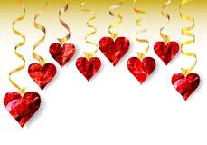 Decorazione del biglietto di S. Valentino con i cuori d'ardore dei cristalli e dei nastri dell'oro Fotografia Stock