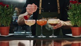 Decorazione del cocktail nella barra archivi video