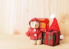 Decorazione del contenitore di regalo e delle bambole per gli ambiti di provenienza di natale immagine stock libera da diritti