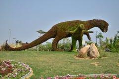 Decorazione del dinosauro con i fiori Fotografia Stock Libera da Diritti
